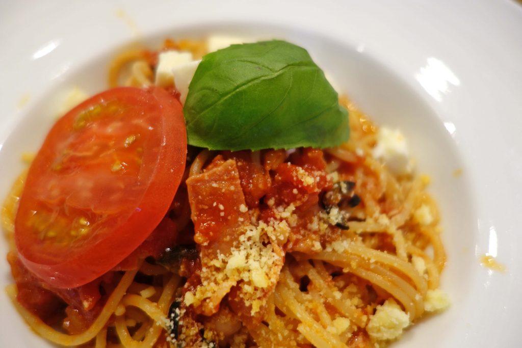 トマト、バジリコとモッツァレラのスパゲティ