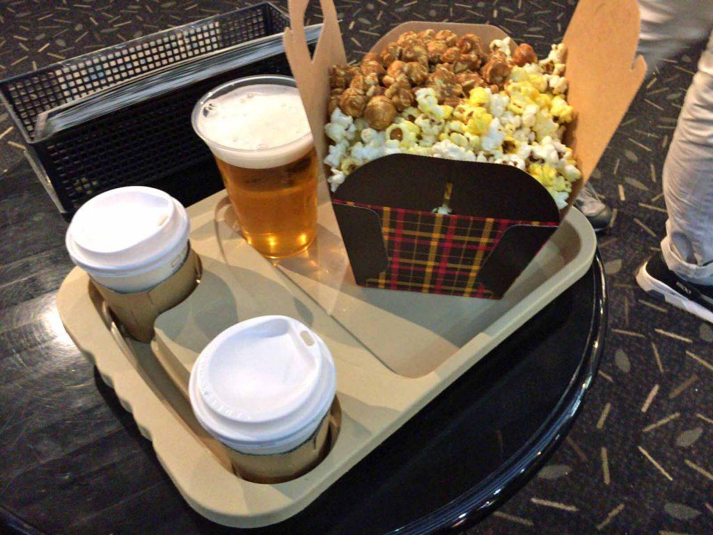 映画館の2種のポップコーン大と飲み物