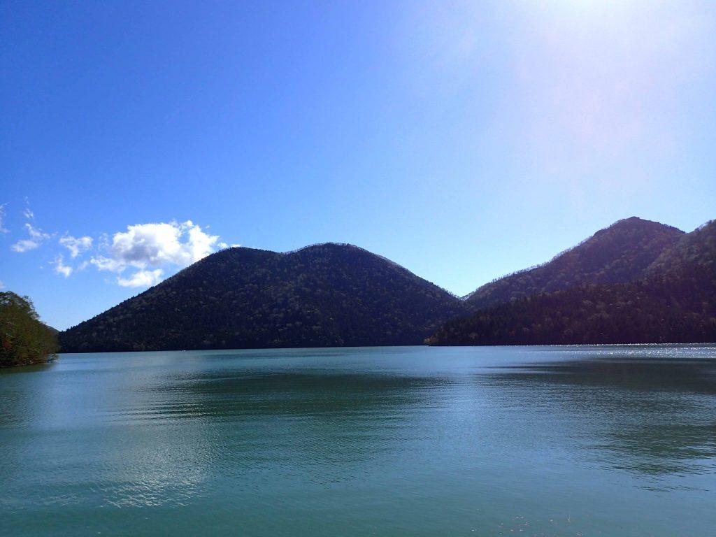 湖畔から眺める湖とくちびる山