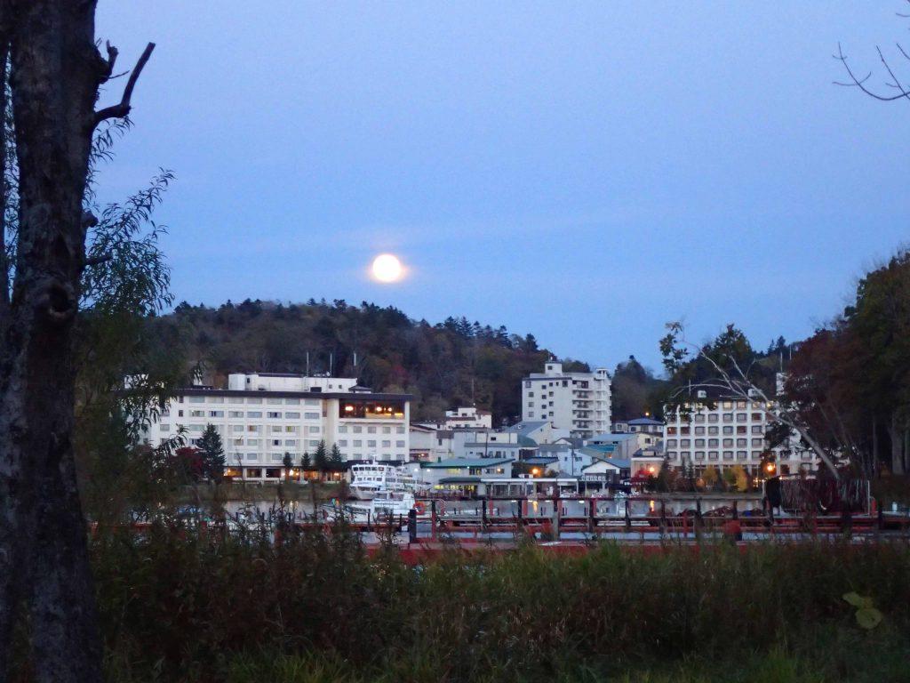 夕方の遊覧船とホテル阿寒湖荘