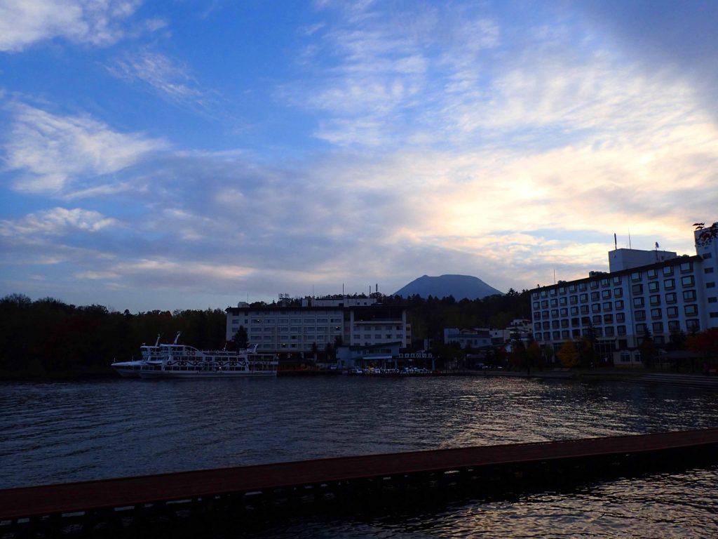 早朝の遊覧船とホテル阿寒湖荘