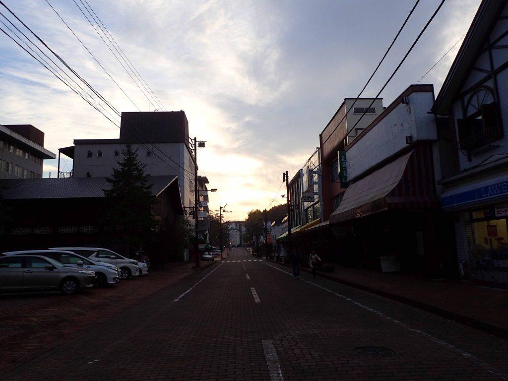 早朝の幸運の森商店街2