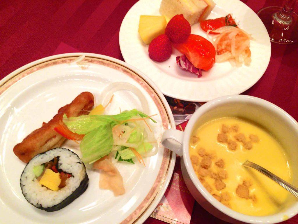 スープ・太巻き・サラダ・フルーツ