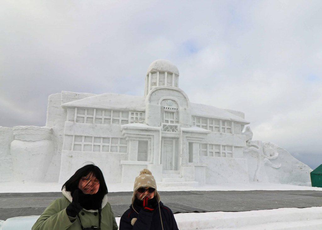 メインの雪像「網走市立郷土博物館」前で記念撮影