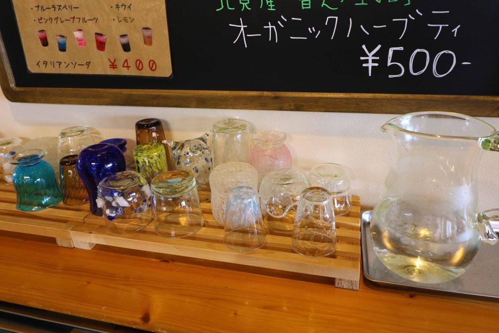 カフェ 水用のコップ