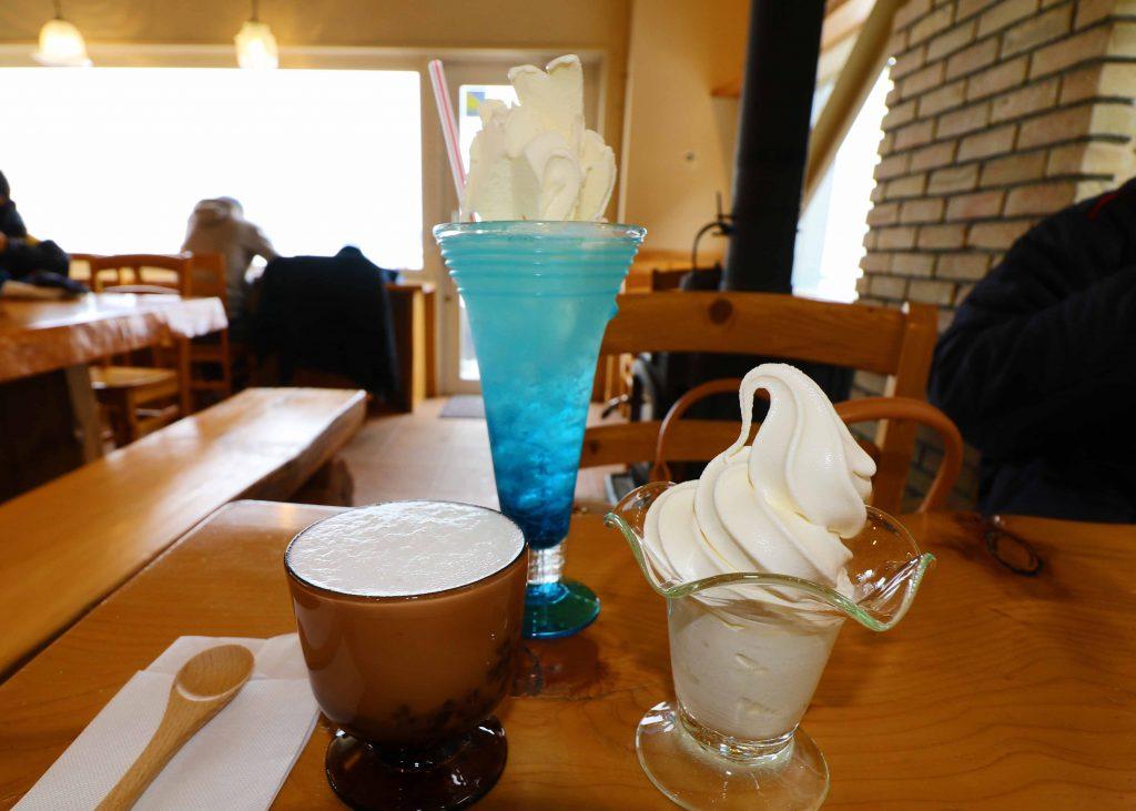 カフェ 流氷ソーダ、北海道ソフトクリーム、ミルクぜんざい