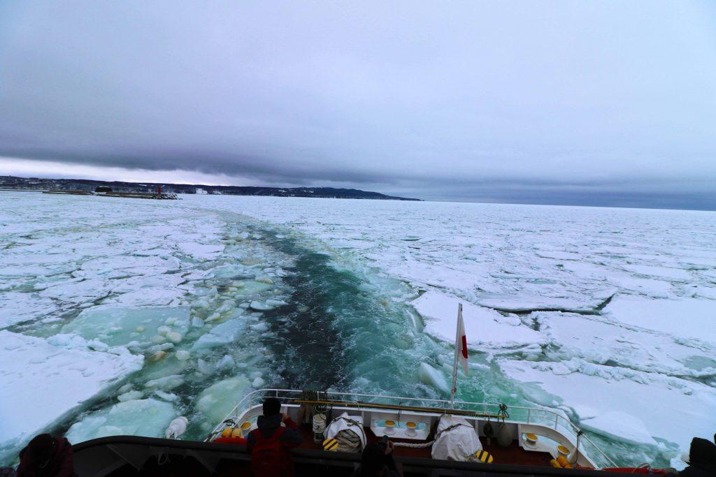 船の真後ろ 流氷を砕氷