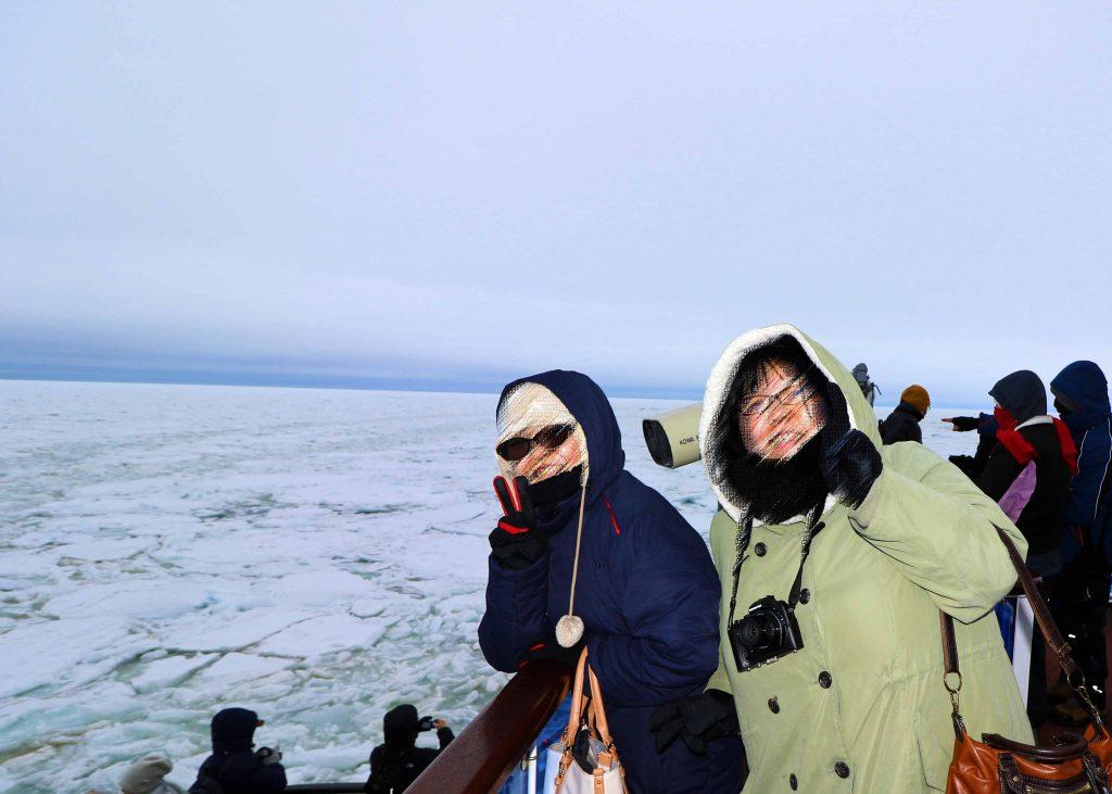 流氷をバックに記念撮影